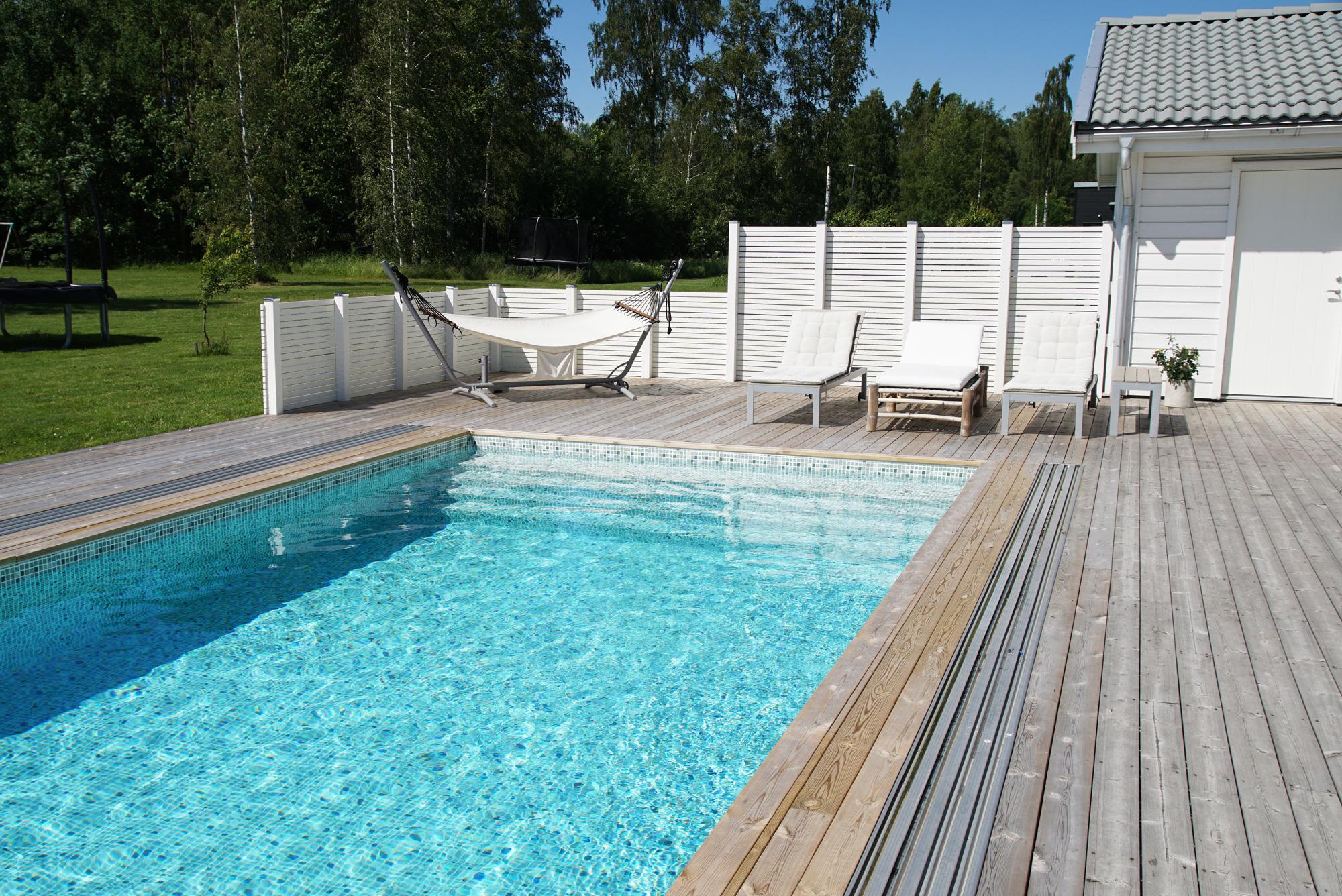 uteplats med pool privat villa